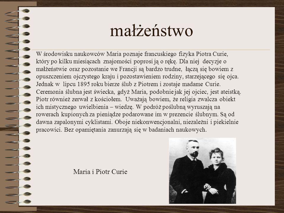 małżeństwo W środowisku naukowców Maria poznaje francuskiego fizyka Piotra Curie, który po kilku miesiącach znajomości poprosi ją o rękę.