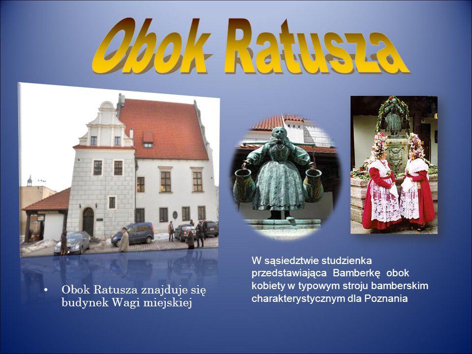 Obok Ratusza znajduje się budynek Wagi miejskiej W sąsiedztwie studzienka przedstawiająca Bamberkę obok kobiety w typowym stroju bamberskim charaktery