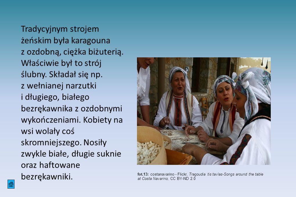 Tradycyjnym strojem żeńskim była karagouna z ozdobną, ciężka biżuterią. Właściwie był to strój ślubny. Składał się np. z wełnianej narzutki i długiego
