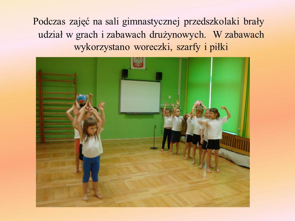 Podczas zajęć na sali gimnastycznej przedszkolaki brały udział w grach i zabawach drużynowych. W zabawach wykorzystano woreczki, szarfy i piłki