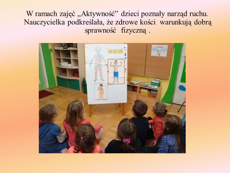 """W ramach zajęć """"Aktywność"""" dzieci poznały narząd ruchu. Nauczycielka podkreślała, że zdrowe kości warunkują dobrą sprawność fizyczną."""
