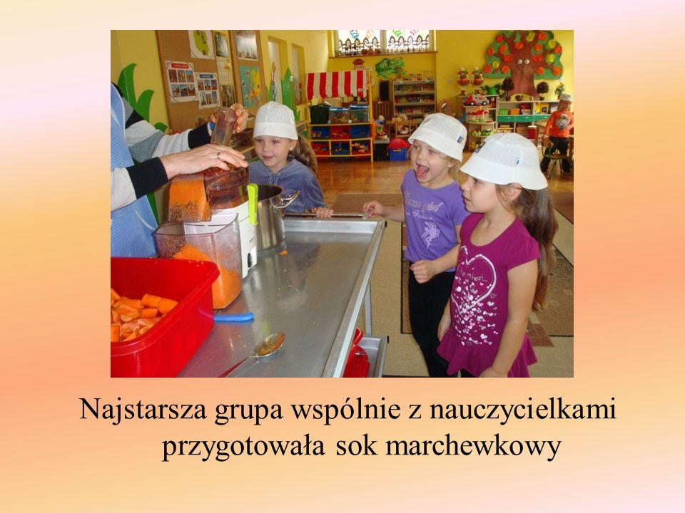 Najstarsza grupa wspólnie z nauczycielkami przygotowała sok marchewkowy