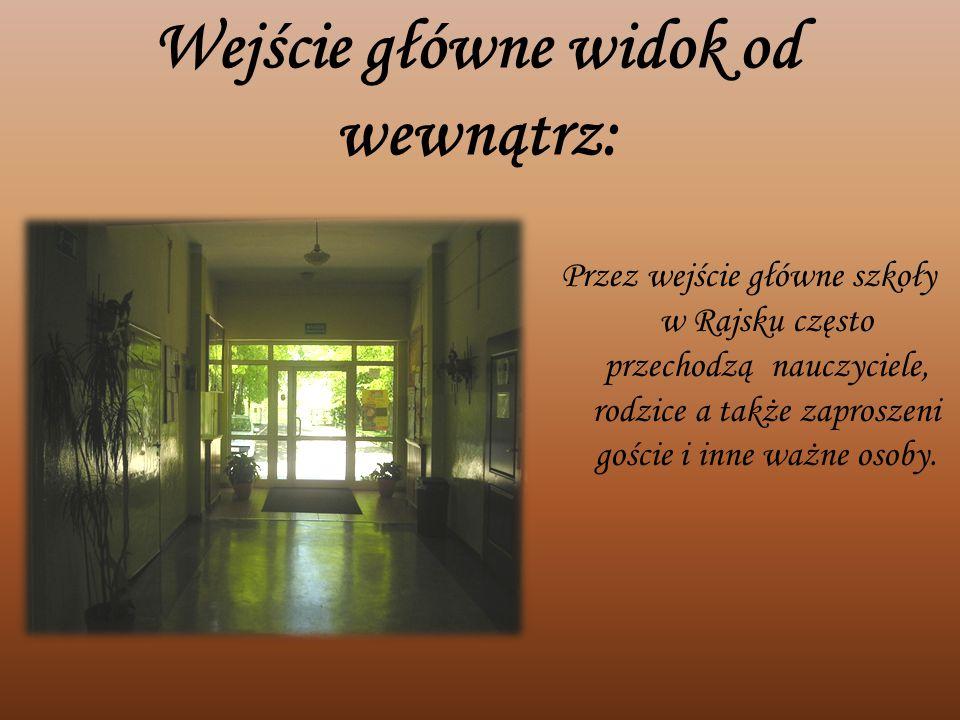 Wejście główne widok od wewnątrz: Przez wejście główne szkoły w Rajsku często przechodzą nauczyciele, rodzice a także zaproszeni goście i inne ważne o