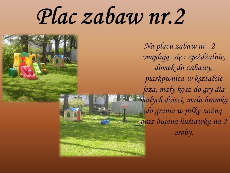Plac zabaw nr.2 Na placu zabaw nr. 2 znajdują się : zjeżdżalnie, domek do zabawy, piaskownica w kształcie jeża, mały kosz do gry dla małych dzieci, ma