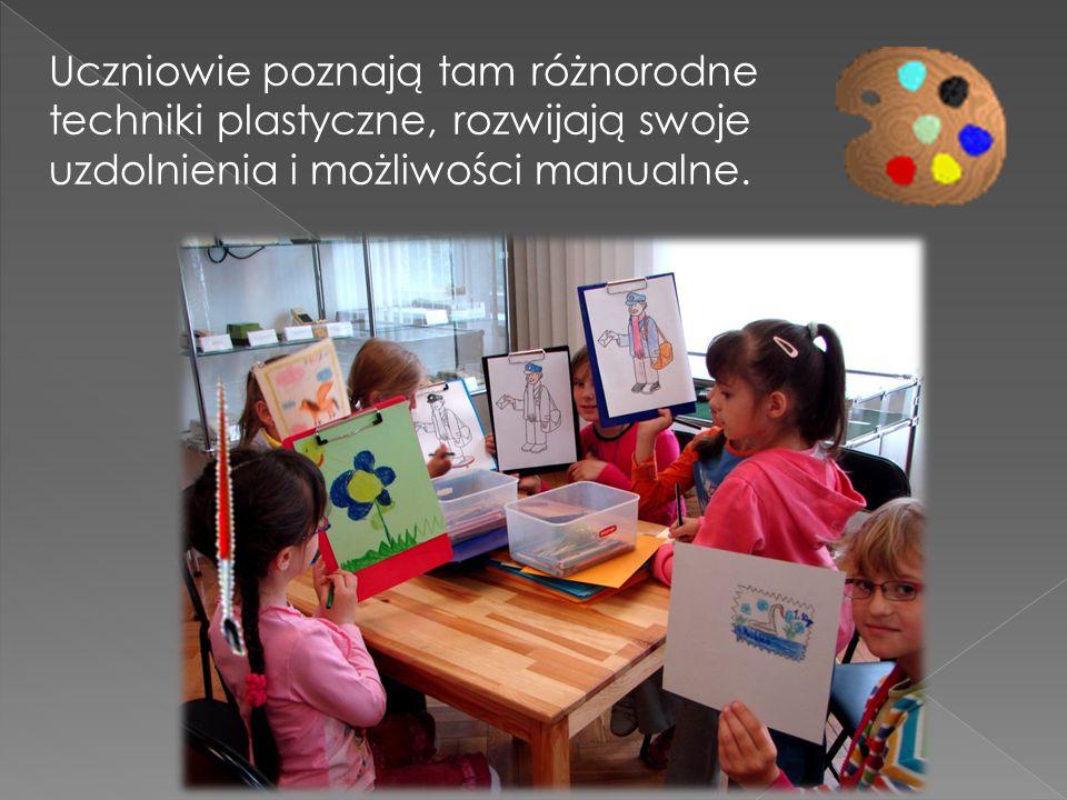 Uczniowie poznają tam różnorodne techniki plastyczne, rozwijają swoje uzdolnienia i możliwości manualne.