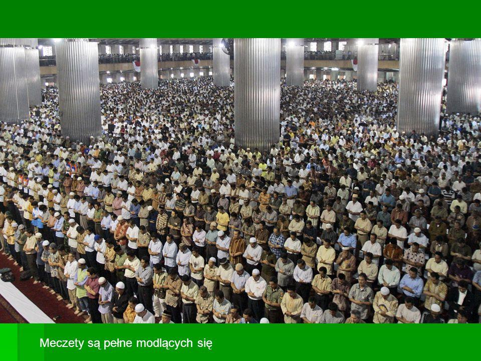 Meczety są pełne modlących się