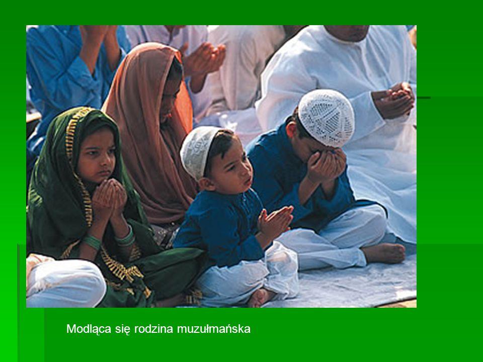 Modląca się rodzina muzułmańska