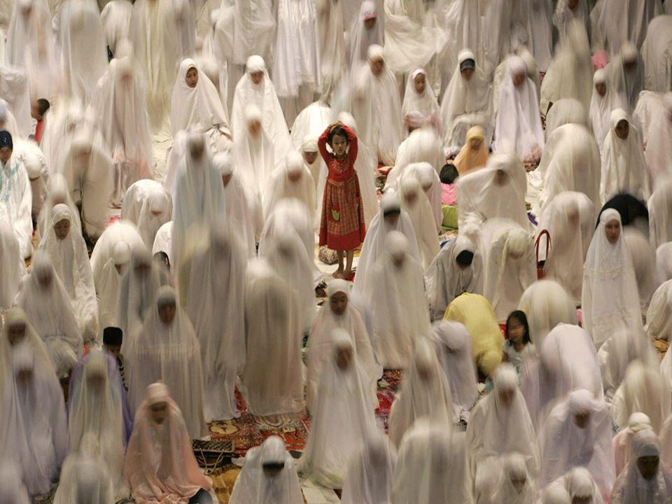 Dla wielu wyznawców przygotowuje się wspólny posiłek wprost na ziemi przed meczetem