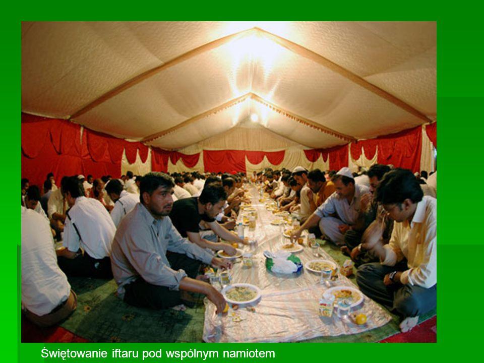 Świętowanie iftaru pod wspólnym namiotem