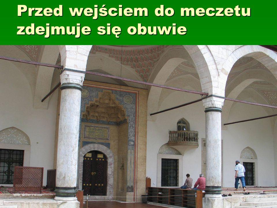 Przed wejściem do meczetu zdejmuje się obuwie