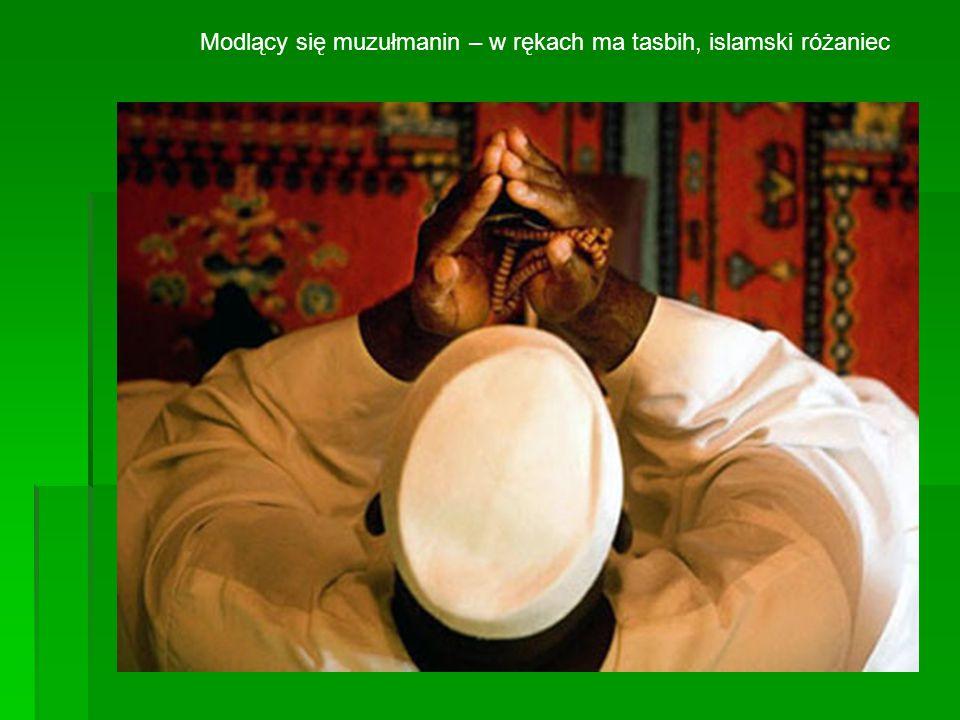 Modlący się muzułmanin – w rękach ma tasbih, islamski różaniec