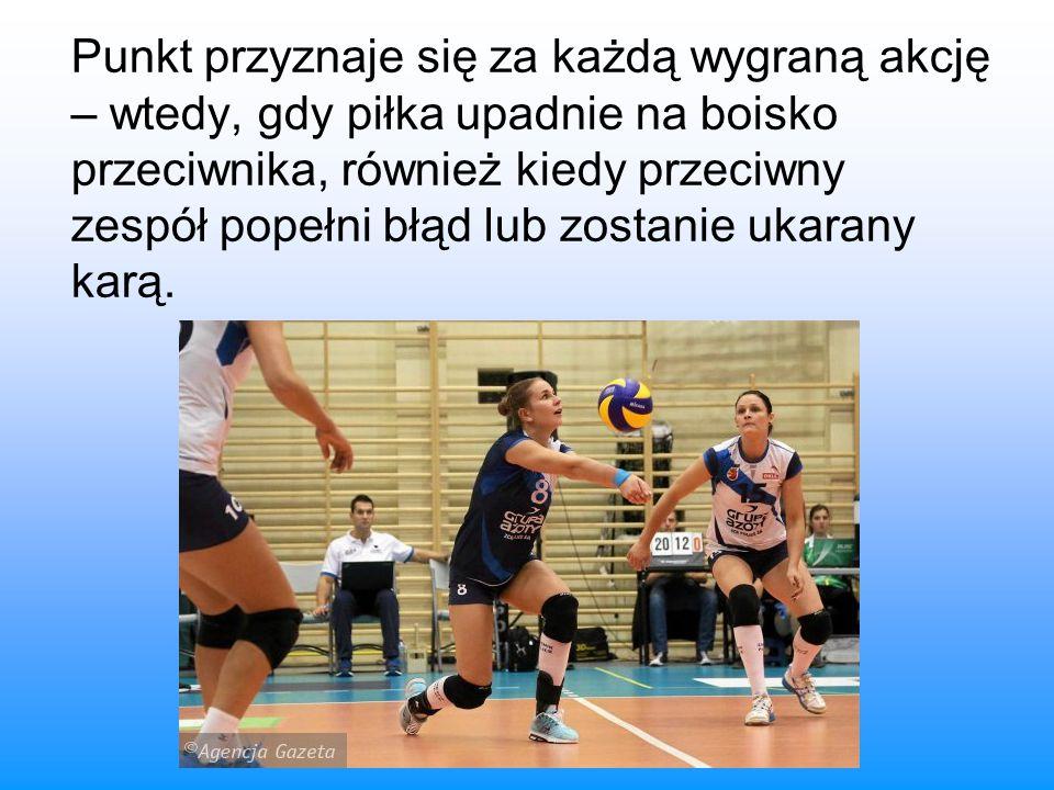 Punkt przyznaje się za każdą wygraną akcję – wtedy, gdy piłka upadnie na boisko przeciwnika, również kiedy przeciwny zespół popełni błąd lub zostanie