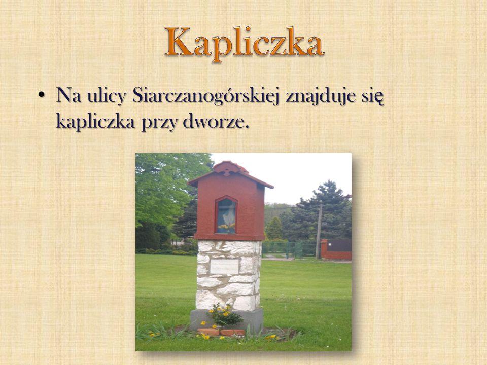 Na ulicy Siarczanogórskiej znajduje si ę kapliczka przy dworze. Na ulicy Siarczanogórskiej znajduje si ę kapliczka przy dworze.