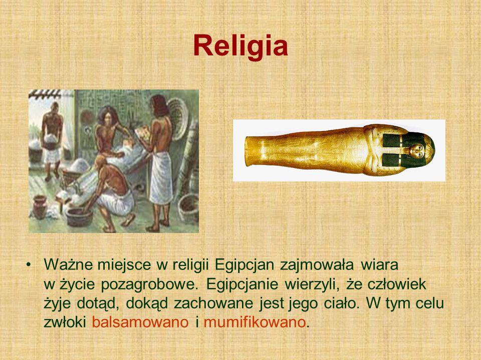 Religia Ważne miejsce w religii Egipcjan zajmowała wiara w życie pozagrobowe. Egipcjanie wierzyli, że człowiek żyje dotąd, dokąd zachowane jest jego c