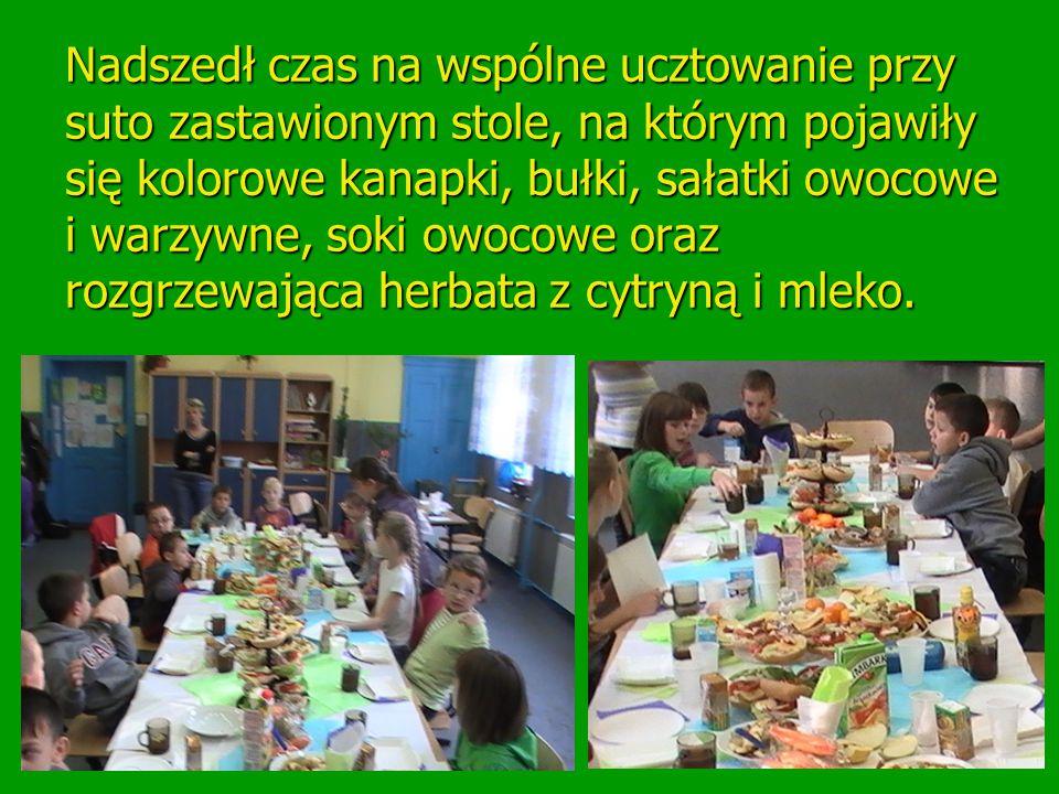 Nadszedł czas na wspólne ucztowanie przy suto zastawionym stole, na którym pojawiły się kolorowe kanapki, bułki, sałatki owocowe i warzywne, soki owoc