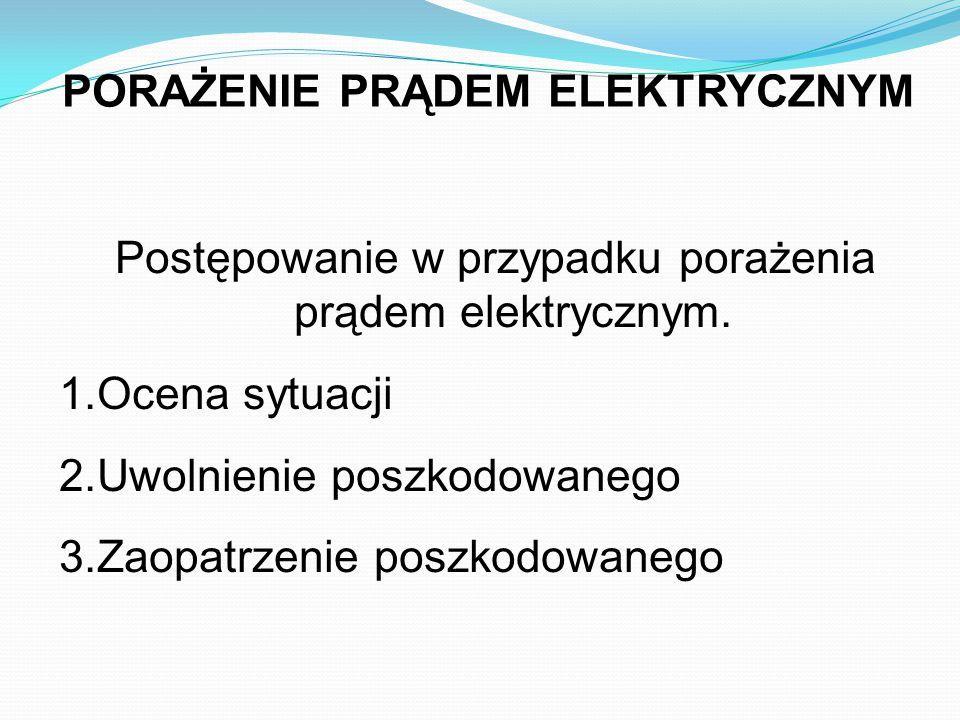 PORAŻENIE PRĄDEM ELEKTRYCZNYM Postępowanie w przypadku porażenia prądem elektrycznym. 1.Ocena sytuacji 2.Uwolnienie poszkodowanego 3.Zaopatrzenie posz