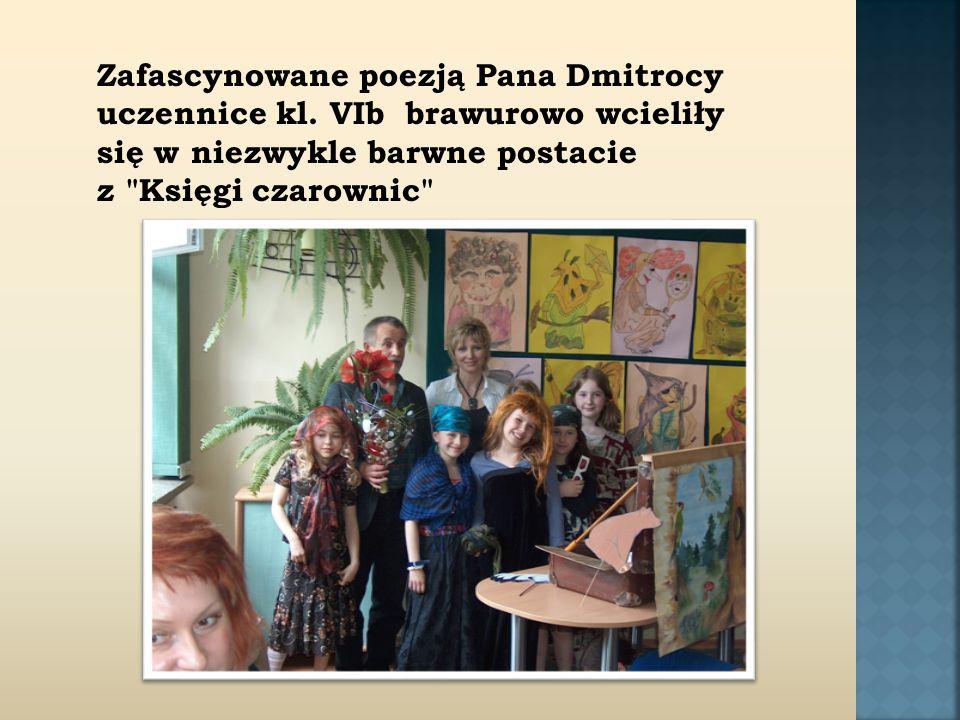 Zafascynowane poezją Pana Dmitrocy uczennice kl.
