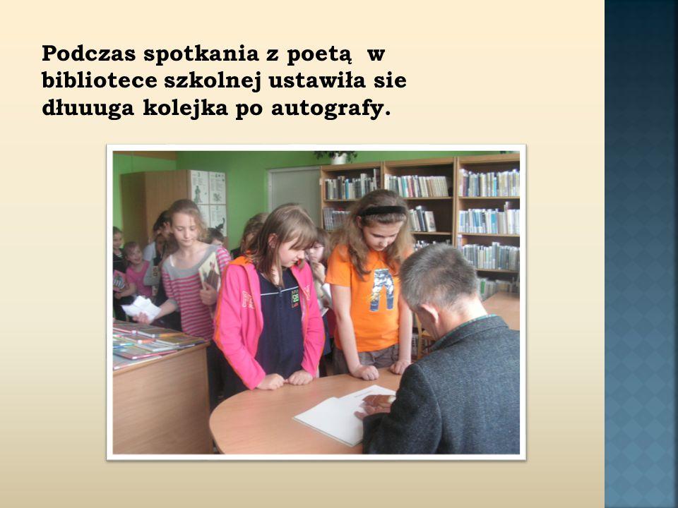 Podczas spotkania z poetą w bibliotece szkolnej ustawiła sie dłuuuga kolejka po autografy.