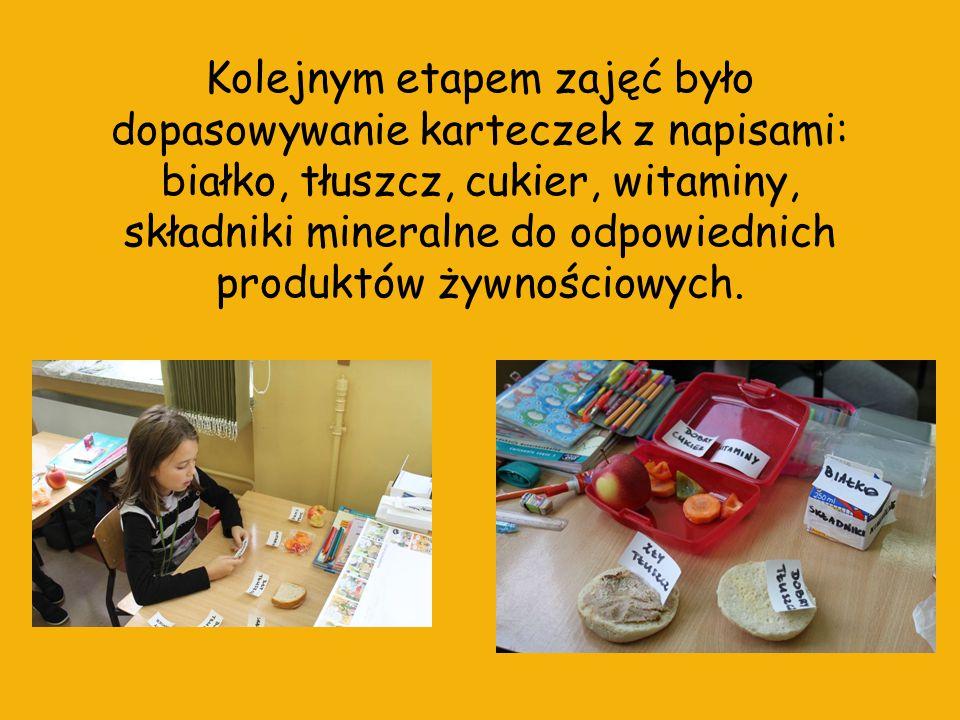 Wspólnie z dziećmi na bazie zdobytych informacji zrobiliśmy piramidę żywienia z wycinków z gazet przyniesionych przez dzieci.