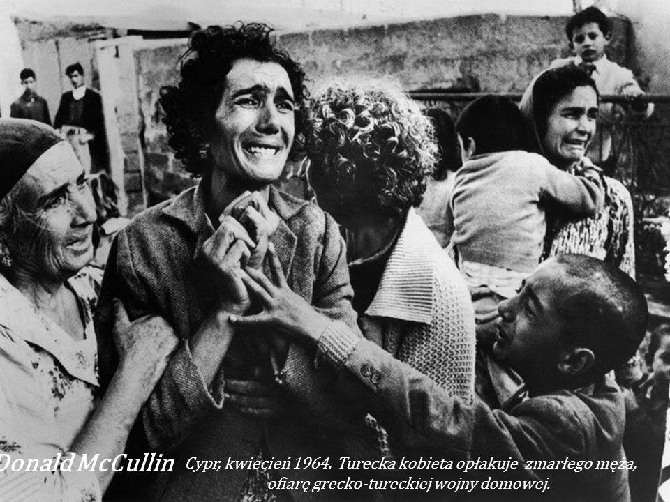 Malcolm W. Browne (ameryk.fotograf ur.1933) - Burning Monk (1963) buddyjski mnich z Wietnamu Thích Quảng Ðức dokonuje aktu samospalenia w proteście pr