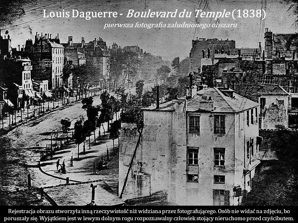 Daguerre Louis Jacques Mandé (1789-1851), francuski fizyk i malarz dekorator. Zainteresowany ideą utrwalenia obrazów uzyskiwanych za pomocą urządzenia