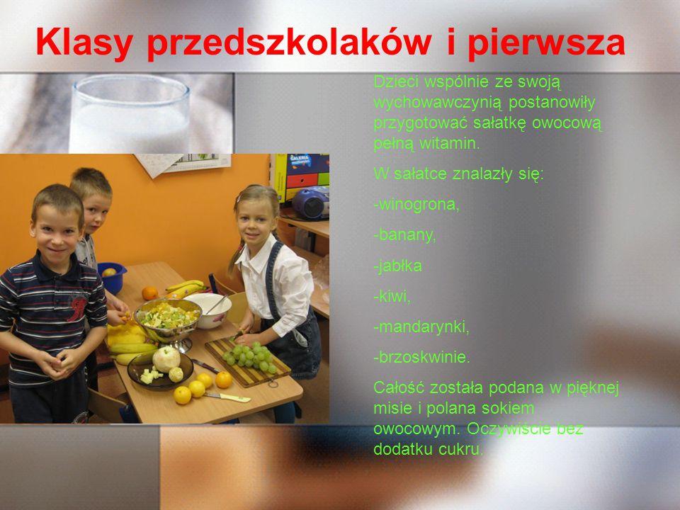 Klasy przedszkolaków i pierwsza Dzieci wspólnie ze swoją wychowawczynią postanowiły przygotować sałatkę owocową pełną witamin.