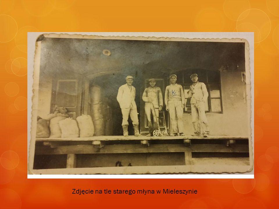 Zdjęcie na tle starego młyna w Mieleszynie