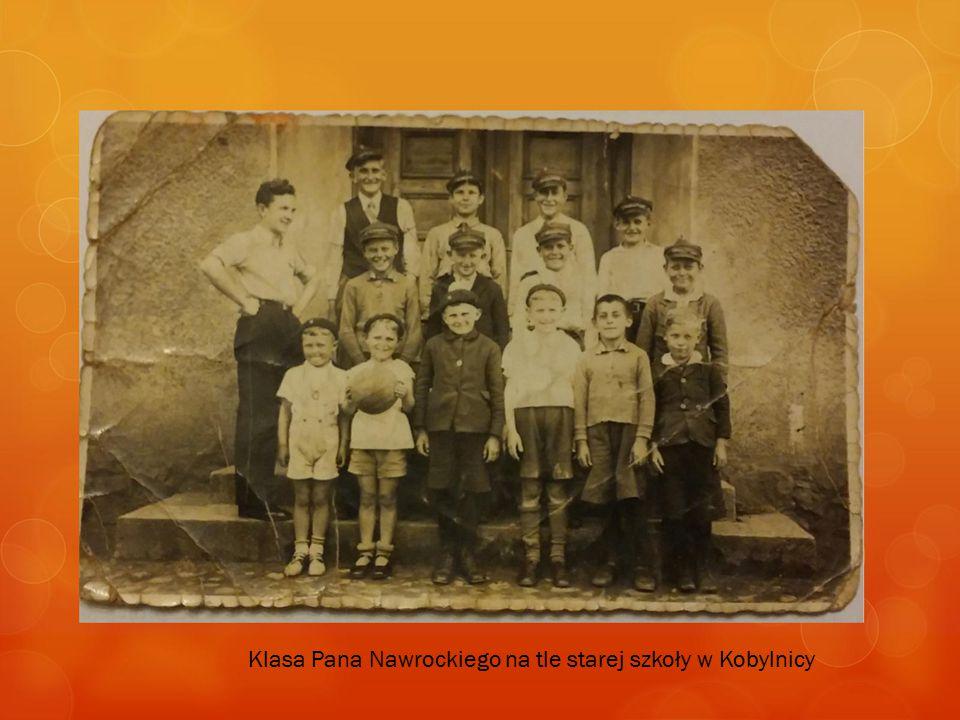 Klasa Pana Nawrockiego na tle starej szkoły w Kobylnicy