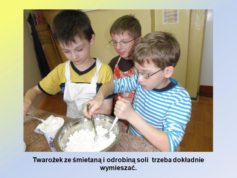 Twarożek ze śmietaną i odrobiną soli trzeba dokładnie wymieszać.