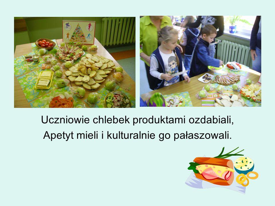 Uczniowie chlebek produktami ozdabiali, Apetyt mieli i kulturalnie go pałaszowali.
