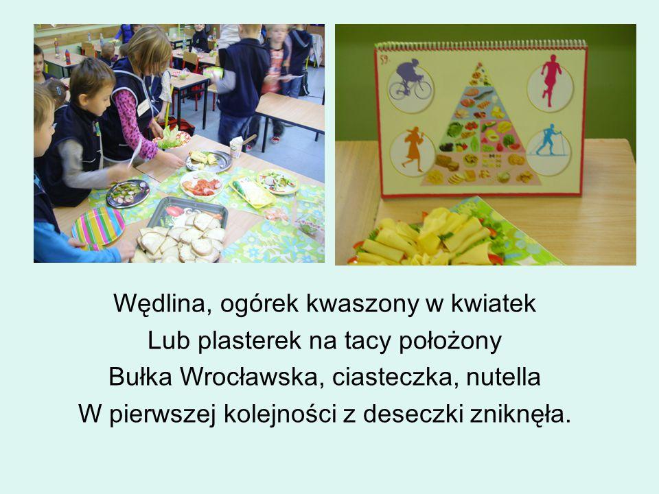 Wędlina, ogórek kwaszony w kwiatek Lub plasterek na tacy położony Bułka Wrocławska, ciasteczka, nutella W pierwszej kolejności z deseczki zniknęła.