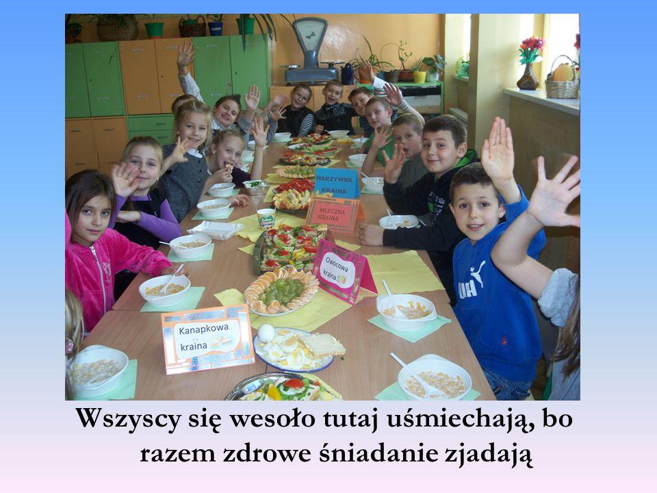 Wszyscy się wesoło tutaj uśmiechają, bo razem zdrowe śniadanie zjadają