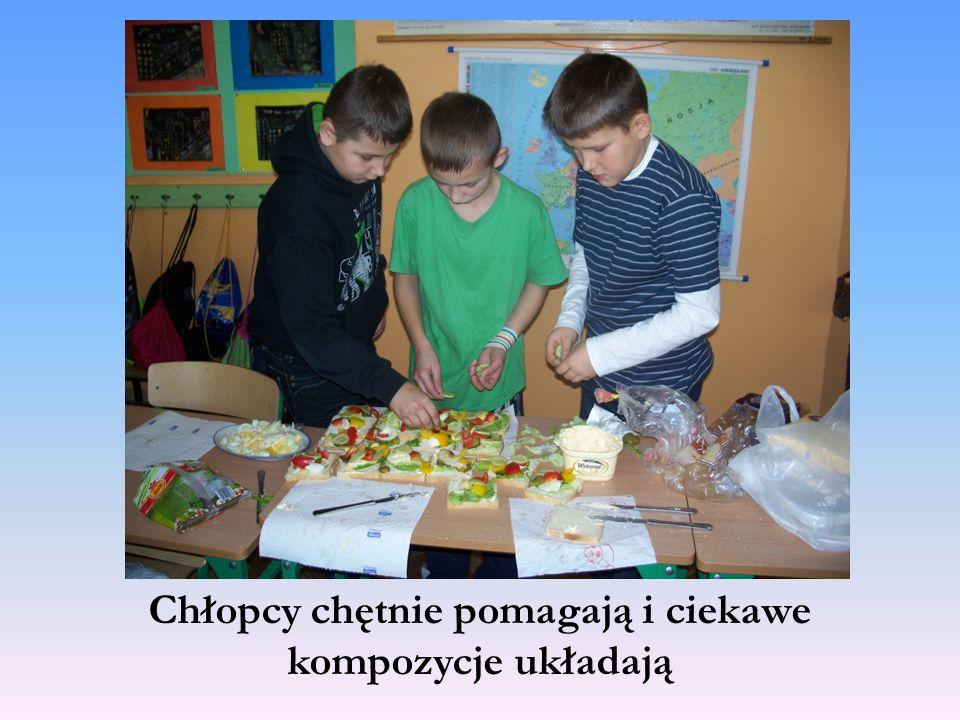 Chłopcy chętnie pomagają i ciekawe kompozycje układają