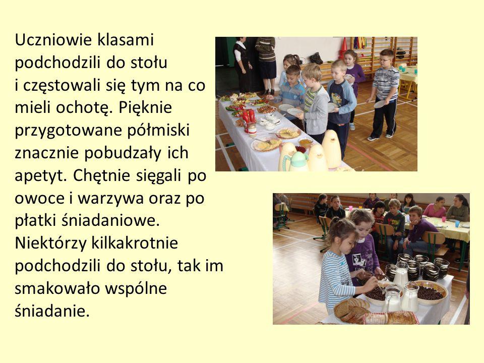 Uczniowie klasami podchodzili do stołu i częstowali się tym na co mieli ochotę. Pięknie przygotowane półmiski znacznie pobudzały ich apetyt. Chętnie s