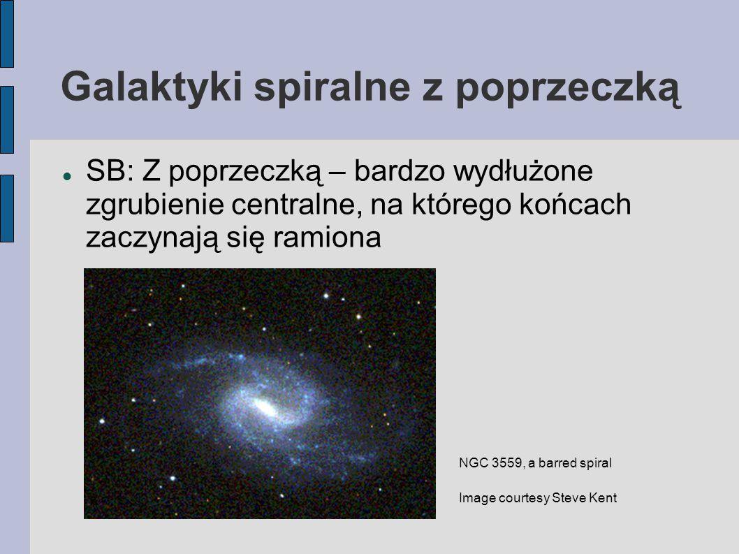 Galaktyki spiralne z poprzeczką SB: Z poprzeczką – bardzo wydłużone zgrubienie centralne, na którego końcach zaczynają się ramiona NGC 3559, a barred spiral Image courtesy Steve Kent
