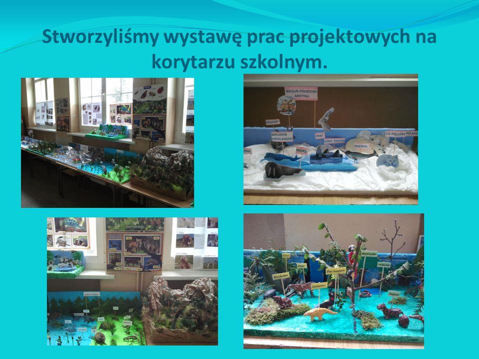 Stworzyliśmy wystawę prac projektowych na korytarzu szkolnym.