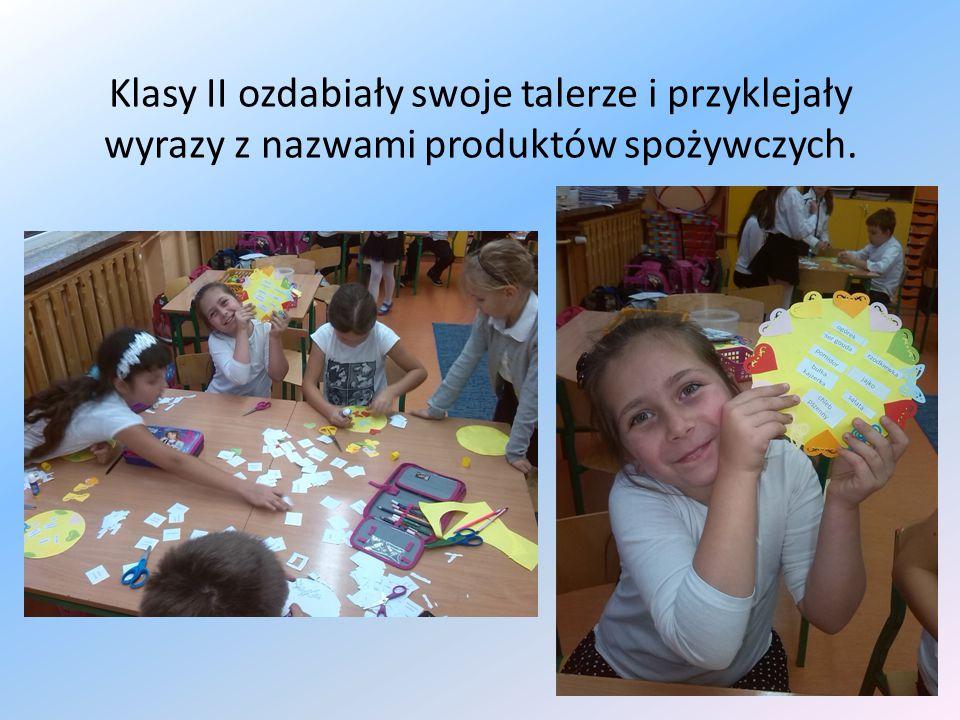 Klasy II ozdabiały swoje talerze i przyklejały wyrazy z nazwami produktów spożywczych.