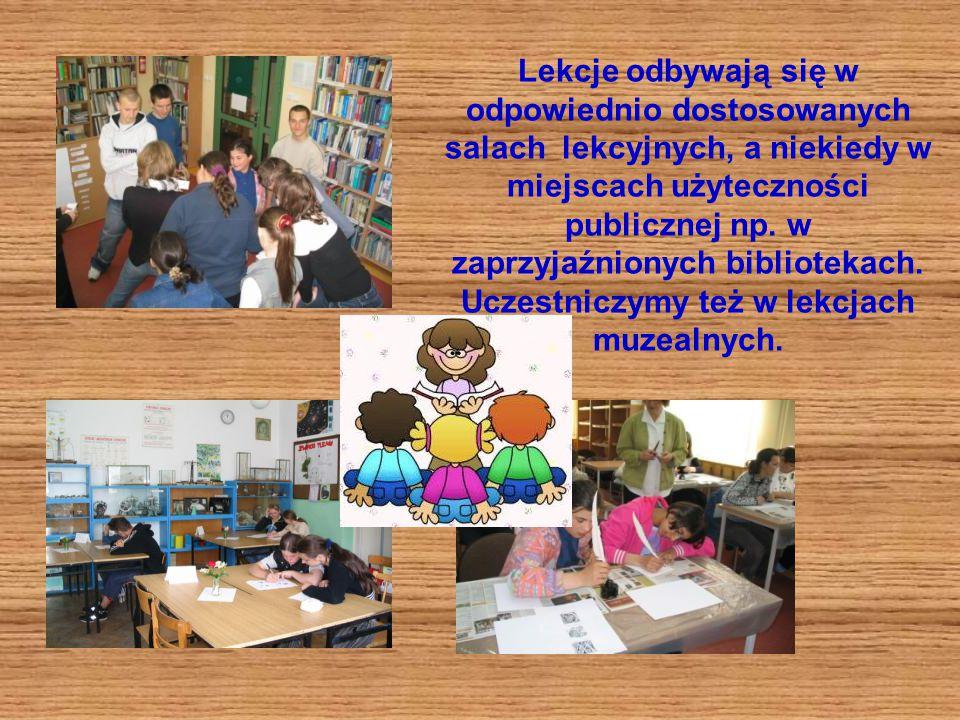 Lekcje odbywają się w odpowiednio dostosowanych salach lekcyjnych, a niekiedy w miejscach użyteczności publicznej np.
