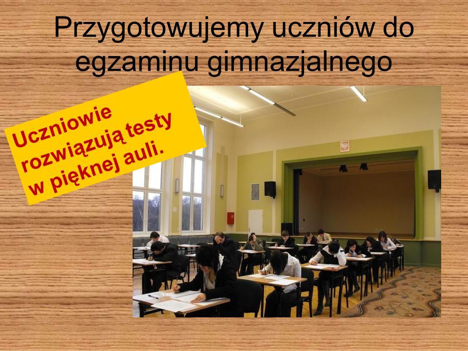 Przygotowujemy uczniów do egzaminu gimnazjalnego Uczniowie rozwiązują testy w pięknej auli.