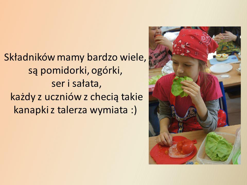 Składników mamy bardzo wiele, są pomidorki, ogórki, ser i sałata, każdy z uczniów z checią takie kanapki z talerza wymiata :)