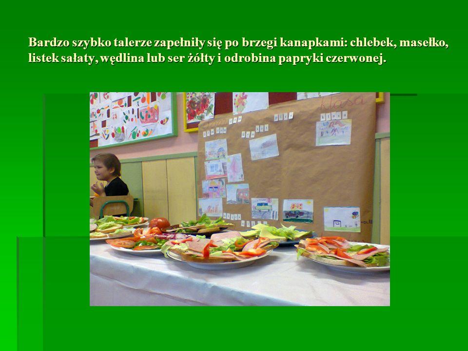 Bardzo szybko talerze zapełniły się po brzegi kanapkami: chlebek, masełko, listek sałaty, wędlina lub ser żółty i odrobina papryki czerwonej.