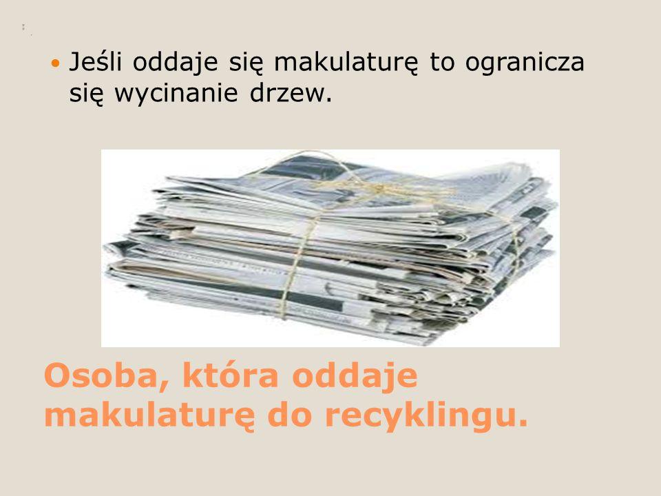 Osoba, która oddaje makulaturę do recyklingu. Jeśli oddaje się makulaturę to ogranicza się wycinanie drzew.