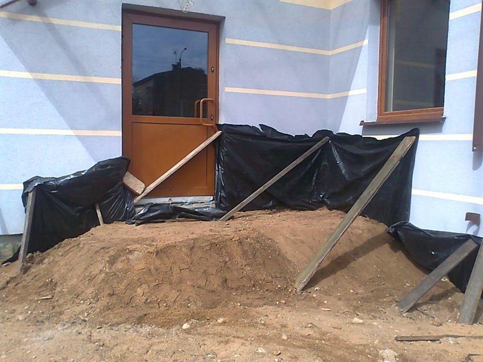 Dzień 11 12 i 13 Usuwanie zbędnych materiałów budowlanych z terenu budowy Układanie drewna z szalunku w miejsca do tego wyznaczone