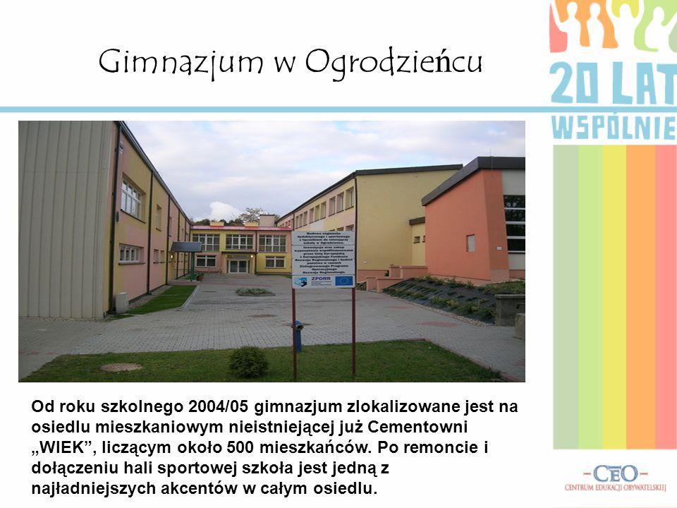 """Gimnazjum w Ogrodzieńcu Od roku szkolnego 2004/05 gimnazjum zlokalizowane jest na osiedlu mieszkaniowym nieistniejącej już Cementowni """"WIEK , liczącym około 500 mieszkańców."""