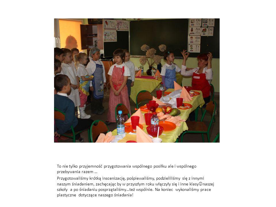 To nie tylko przyjemność przygotowania wspólnego posiłku ale i wspólnego przebywania razem … Przygotowaliśmy krótką inscenizację, pośpiewaliśmy, podzieliliśmy się z innymi naszym śniadaniem, zachęcając by w przyszłym roku włączyły się i inne klasy naszej szkoły a po śniadaniu posprzątaliśmy…też wspólnie.