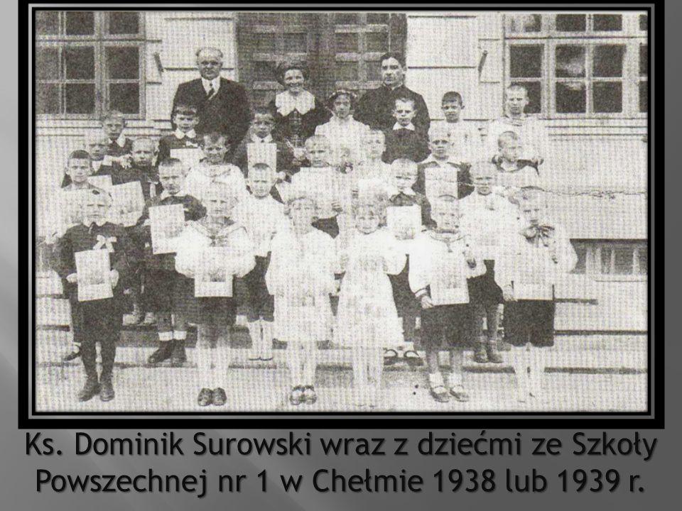 Ks. Dominik Surowski wraz z dziećmi ze Szkoły Powszechnej nr 1 w Chełmie 1938 lub 1939 r.