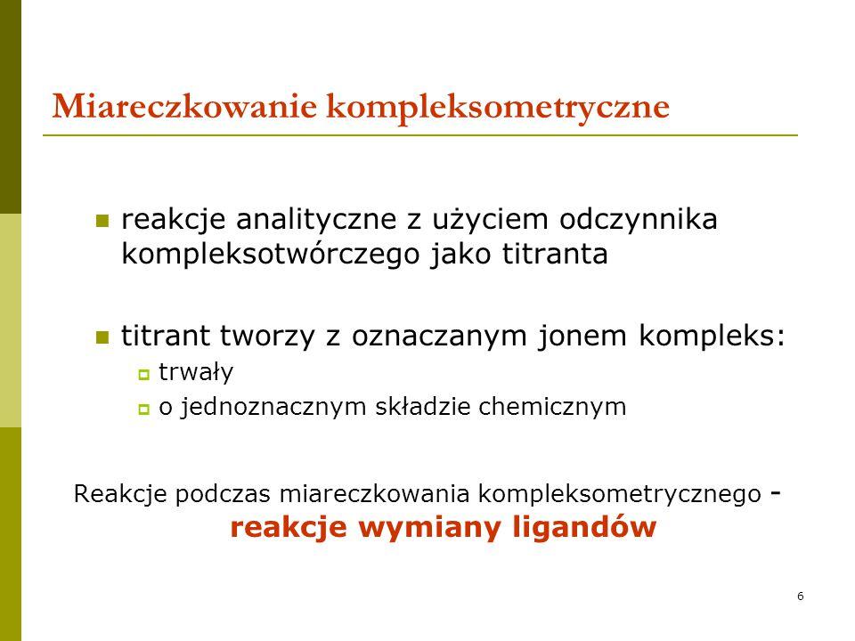17 Komplekson III Sól di sodowa kwasu etyleno di aminotetraoctowego  bardzo trwały, trudno ulega rozłożeniu titrant o trwałym mianie  łatwo rozpuszczalny w wodzie  tworzy stosunkowo trwałe kompleksy chelatowe z wieloma jonami metali wielowartościowych duży skok krzywej miareczkowania  powstałe kompleksy są bezbarwne jeśli sam metal nie ma właściwości chromoforowych (Fe, Cr, Cu, Ni) możliwość stosowania barwnych wskaźników