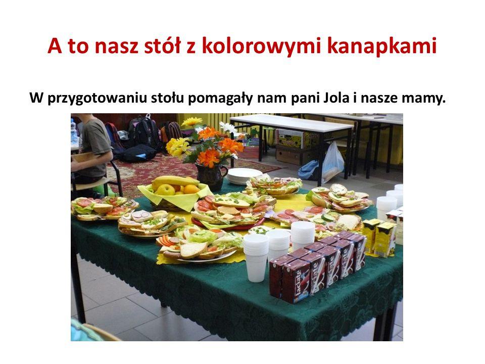 A to nasz stół z kolorowymi kanapkami W przygotowaniu stołu pomagały nam pani Jola i nasze mamy.