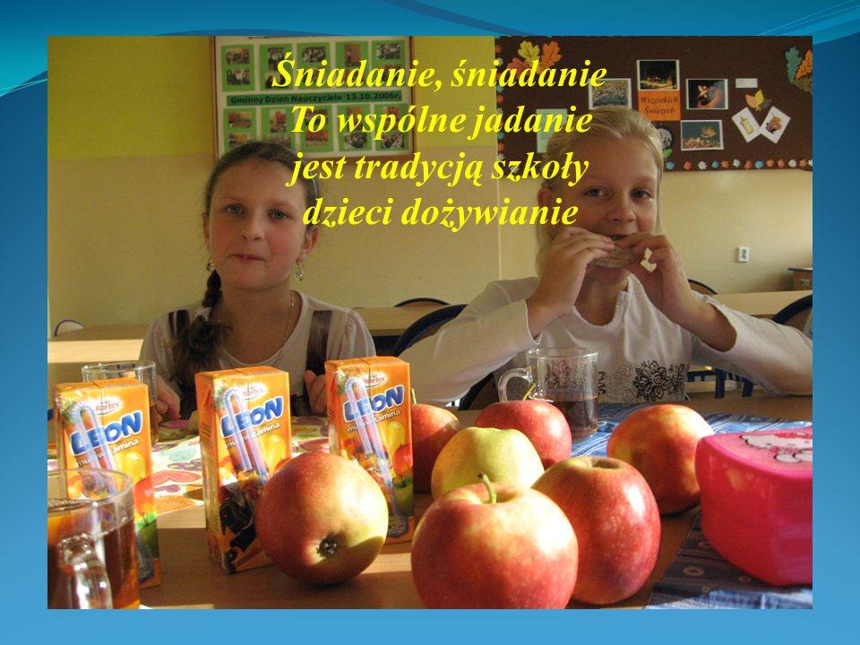 Czerwone jabłuszko z koszyczka wypadło Pewno marzy tym, aby każde dziecko ze smakiem je zjadło