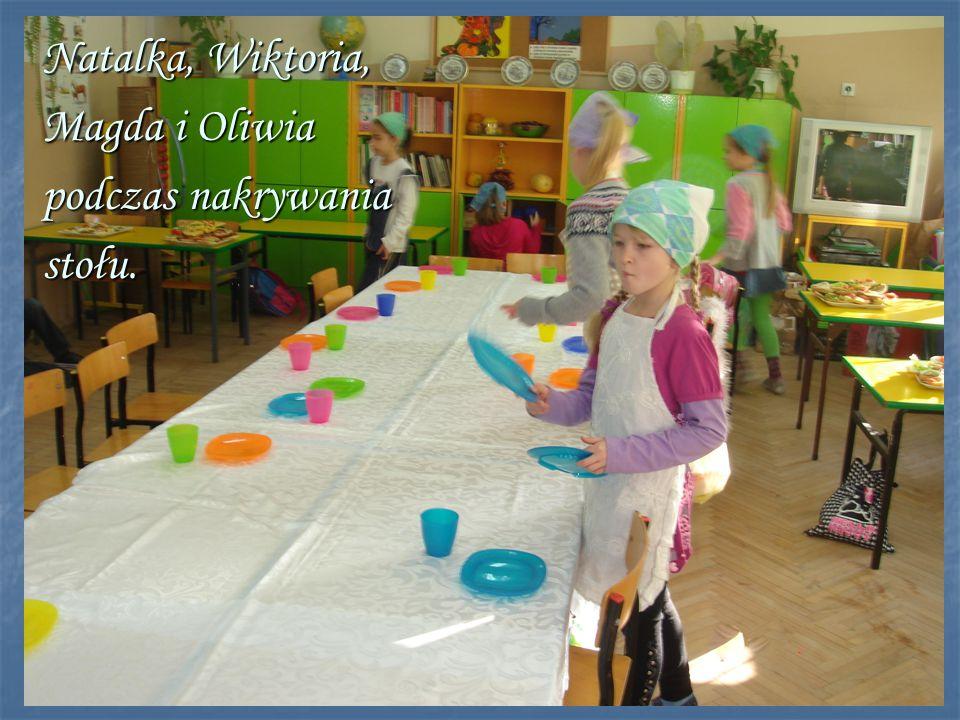 Natalka, Wiktoria, Magda i Oliwia podczas nakrywania stołu.